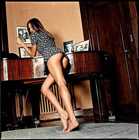Carla Bruni poseeraa rohkeassa kuvassa, joka huutokaupattiin perjantaina.