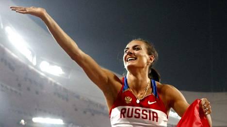 Jelena Isinbajeva juhli olympiavoittoa Pekingissä 2008.