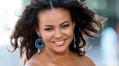 Lola Odusoga kruunattiin Suomen kauneimmaksi vuonna 1996. Samana vuonna hänet valittiin Miss Universum -kisoissa toiseksi perintöprinsessaksi.