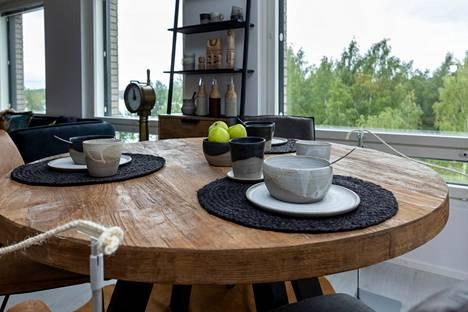 Seilorissa oleva pöytä on tiikkiä, ja se on tehty vanhasta, kierrätetystä laivanpohjasta.