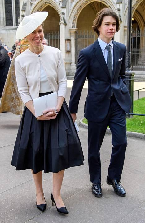 Lady Sarah Chatto poikansa Samuelin kanssa vuonna 2017 Westminster Abbeylla.