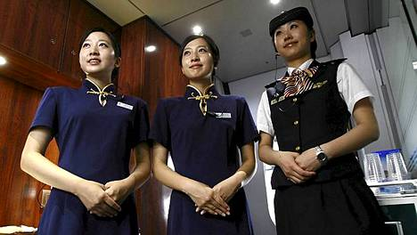 Ensimmäisessä luokassa matkustajia palveleva henkilökunta on puettu univormuihin.