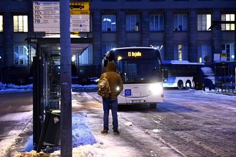 Matkustaja odottaa bussia Helsingin Rautatientorilla aamulla 2. helmikuuta 2018.
