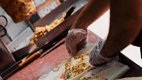 Helsingin kebabravintoloiden ruokia tutkittiin: 66 prosenttia näytteistä hyviä, mutta lisukkeista nousi ongelmallisin tuote