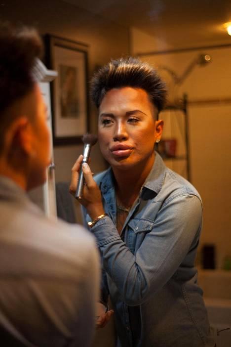 Dylan aloitti meikkaamisen jo kouluikäisenä. Myöhemmin hän opiskeli maskeeraajaksi toteuttaakseen intohimoaan meikkausta kohtaan.
