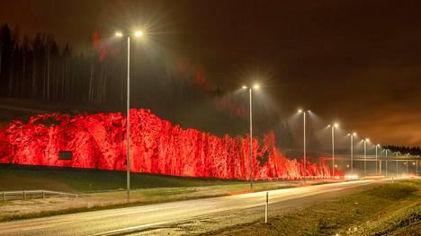 Klaukkalaan rakennetun uuden liikenneväylän avausta juhlistetaan vaihtuvilla valoilla.