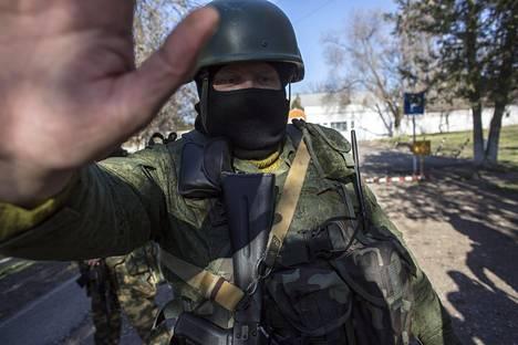 Supo pitää tunnuksettomia joukkoja uhkana. Kuvan tunnukseton venäläissotilas Krimillä maaliskuussa 2014.