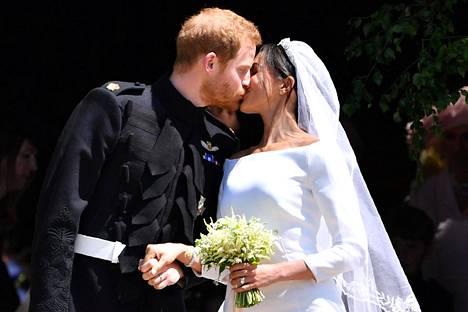 Esimerkiksi herttuatar Meghanin pelkistetty valkoinen puku on vienyt hääpukumuotia yksinkertaiseen suuntaan.