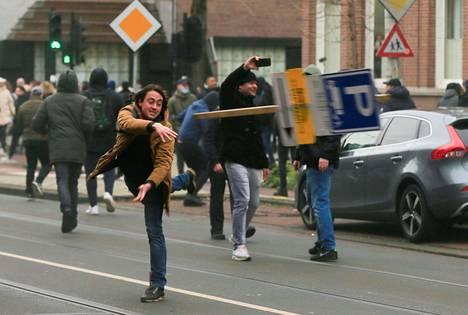 Mielenosoittaja heitti katukyltin.