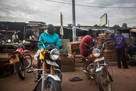 Ugandan Kampalassa moottoripyörätakseja on kielletty kuljettamasta ihmisiä koronaepidemian vuoksi.