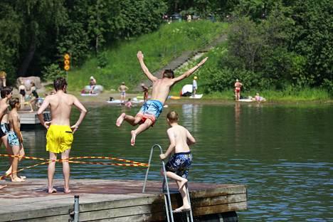 Vesileikkejä Vetokannaksen uimarannalla Vantaalla tiistaina.
