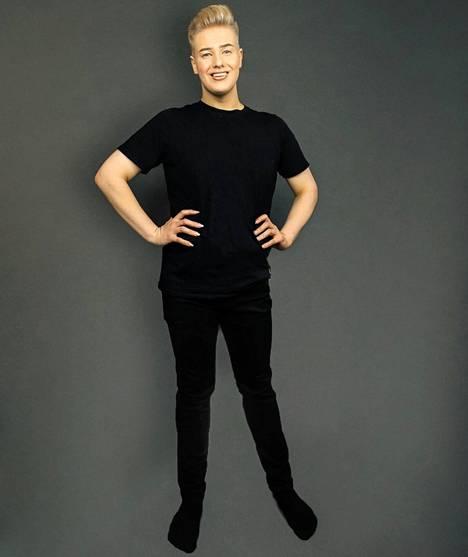 Meikkitaiteilija ja drag-artsisti Aarni Mikkola kannustaa jokaista olemaan oma itsensä.