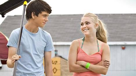 Duncan (Liam James) ja Susanna (AnnaSophia Robb) tapaavat kesälomalla merenrantamaisemissa.