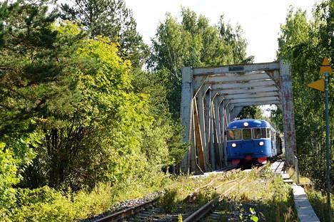 Vielä kerran junalla yli Laitaatsalmen. Keitele-museon järjestämä lättähattuajo Jyväskylästä Pieksämäen kautta Savonlinnaan ja takaisin jäänee radan viimeiseksi. Syyskuun alussa rata suljetaan.