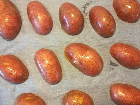 Nopeammat uuniperunat syntyvät pituussuunnassa halkaistuina ja leikkauspinta alaspäin. Ennen paistamista kuoreen tehdään haarukalla muutamia reikiä.