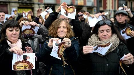 CCOO-ammattiliiton jäsenet repivät kiistellyn kirjan kansia naisiin kohdistuvan väkivallan vastaisena päivänä marraskuun lopulla.