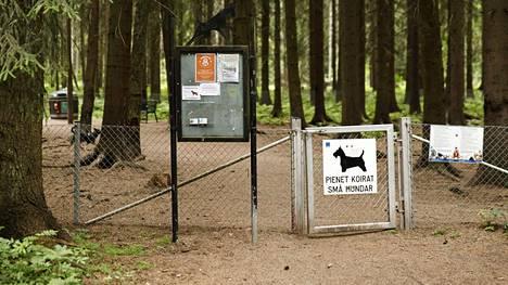 Kennelliitto suosittelee välttämään koirapuistoon menemistä.
