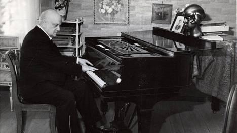 Jean Sibelius sävelsi kaikkiaan kuusi joululaulua. Säveltäjä kuvattuna Ainolassa 1934.