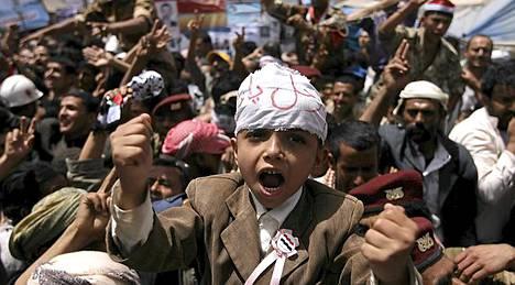 Jemenin pääkaupungissa Sanaassa on koolla kymmeniätuhansia ihmisiä.
