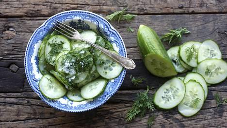 Vanhat kunnon etikkakurkut maistuvat kesäpöydässä.