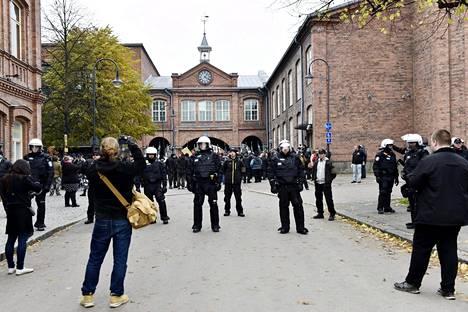 Uusnatsit marssivat Tampellan kelloportille. Poliisi pyrki estämään uusnatseja vastustavan mielenosoituksen ja uusnatsien mielenosoituksen kohtaamisen.