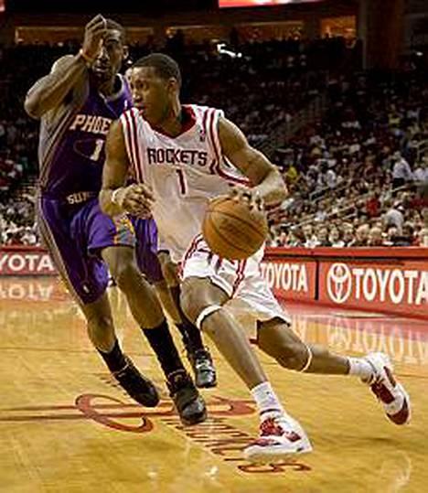 Houston Rocketsin Tracy McGrady oli pitelemätön viime yönä. Phoenix Sunsin Amare Stoudemire yritti turhaan puolustaa 39 pistettä viskonutta McGradya.