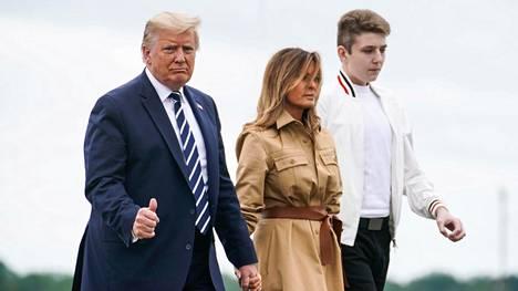 Donald ja Melania Trump etsivät kuumeisesti laadukasta koulua 14-vuotiaalle Barron-pojalleen.