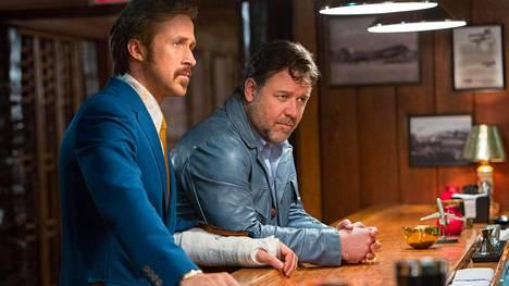 Rikoskomedian kovanaamat (Ryan Gosling ja Russell Crowe) turvautuvat ryyppyyn, kun meno käy väkivaltaiseksi.