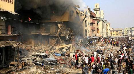 Lagosissa Nigeriassa räjähti varasto, jossa säilytettiin ilotulitteita. Räjähdyksen aiheuttama tulipalo on levinnyt lähialueen rakennuksiin. Räjähdyksessä ja sitä seuranneessa tulipalossa loukkaantui kymmeniä ihmisiä.