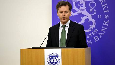 Kansainvälisen valuuttarahaston IMF:n Suomessa vierailevan valtuuskunnan johtaja Alasdair Scott esitteli IMF:n laatiman Suomen taloutta koskevan arvion.