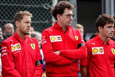Ei mitään hymypoikia: Sebastian Vettel, Ferrarin tallipäällikkö Mattia Binotto ja Charles Leclerc kuvattuna syyskuussa 2019.