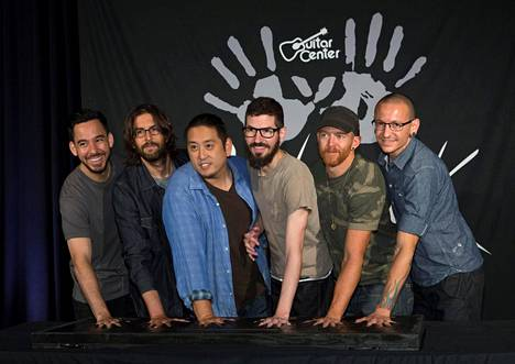 Linkin Park peruu Pohjois-Amerikan kiertueensa. Kuvassa Yhtyeen jäsenet vasemmalta oikealle: Mike Shinoda, Rob Bourdon, Joe Hahn, Brad Delson, Dave Farrell ja menehtynyt Chester Bennington.