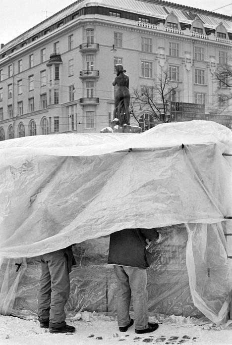 Muovilla suojattu kahvikoju asiakkaineen kovassa pakkasessa Helsingin Kauppatorilla tammikuussa 1987.