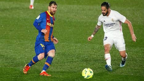 Barcelonalle ja Real Madridille luvattiin Superliigaan liittymisestä 60 miljoonaa euroa enemmän kuin muille seuroille. Nämä ovatkin ainoat seurat, jotka eivät vielä ole ilmoittaneet vetäytyvänsä liigasta. Kuvassa Barcelonan Lionel Messi (vas.) ja Real Madridin Isco.