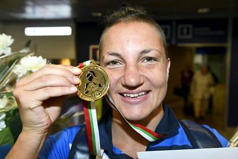 Elina Gustafssonilla oli EM-kisoista tuomisinaan kultamitali. Hän voitti 69-kiloisten sarjan.