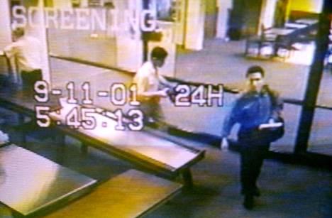 Mohammed Atta (oik) ja Abdulaziz Alomari ohittivat turvatarkastuksen Portlandin lentokentällä Mainessa varhain aamulla 11.9.2001. He vaihtoivat Bostonissa koneeseen, jonka oli määrä lentää Los Angelesiin. Lento AA11 törmäsi World Trade Centerin pohjoistorniin kello 8.46.