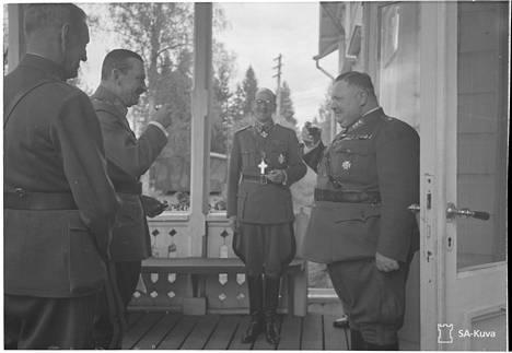 Mannerheim nauttii ryypyn lounaan yhteydessä SA-arkiston kuvassa.