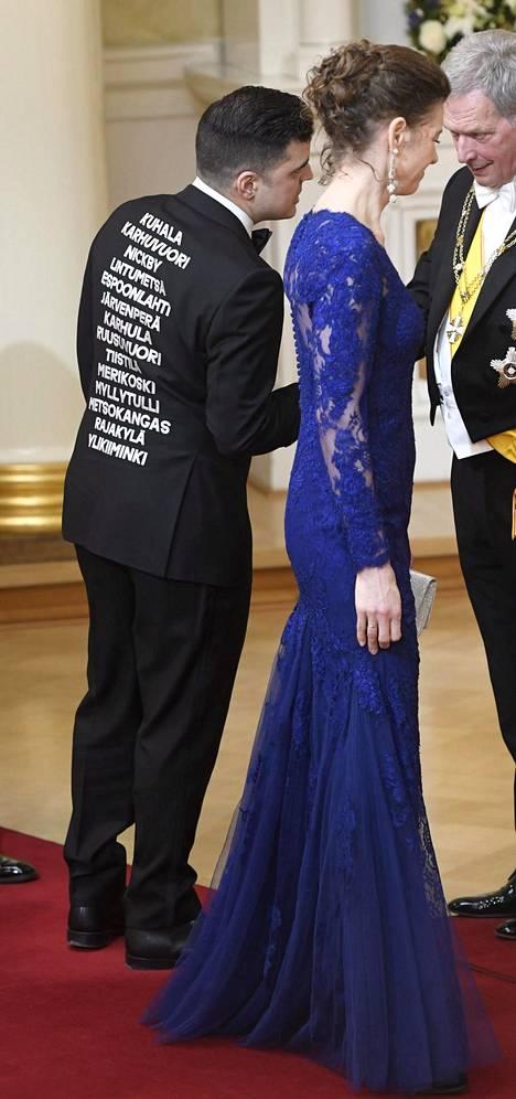 Mediapersoona Adam Aflatunin takin selkämykseen oli kirjattu suomalaislähiöiden nimiä.