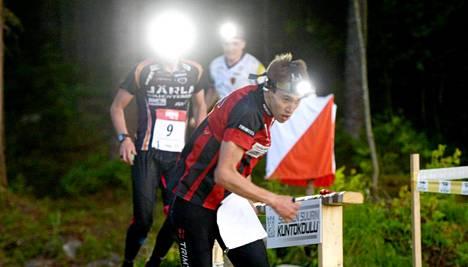 Jere Pajunen Kalevan Rastista suunnistamassa yön pimeydessä.