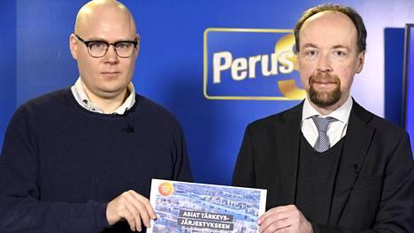 Perussuomalaisten puoluesihteeri Simo Grönroos (vas.) ja puheenjohtaja Jussi Halla-aho esittelivät puolueen kuntavaaliohjelman Helsingissä 25. tammikuuta 2021.