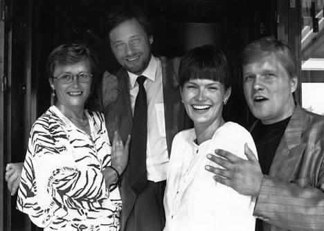 1990 Huomenta Suomen juontajat Leena Pakkanen, Timo Laukkio, Salla Paajanen ja Lauri Karhuvaara yhteiskuvassa.