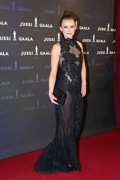 Naispääosaan ehdolla ollut Misa Lommi oli ehdolla parhaan naispääosan Jussiin. Hän kantoi päällään mustaa Mert Otsamon pukua.