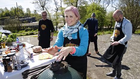 Merituuli ei ole leppeimmästä päästä, mutta Meri-Tuuli Lindström ei anna sen häiritä. Onhan grilli sentään kuuma.