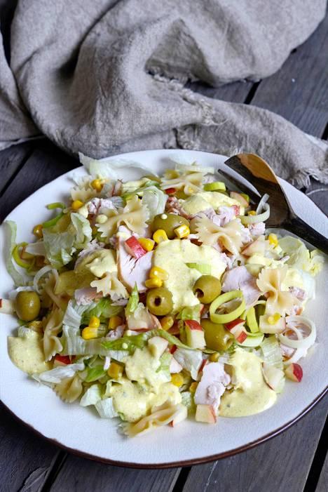 Kanasalaattiin voi myös käyttää kanasuikaleita, kun ne paistaa oliiviöljyssä ja maustaa suolalla.