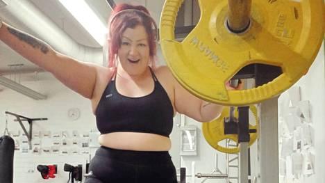 """""""Aiemmin täysin sohvaperunana, liikuntaa vihanneena sokerihiirenä, olen nyt löytänyt elämääni liikunnan ilon. Olen löytänyt itseni"""", Jenna sanoo."""