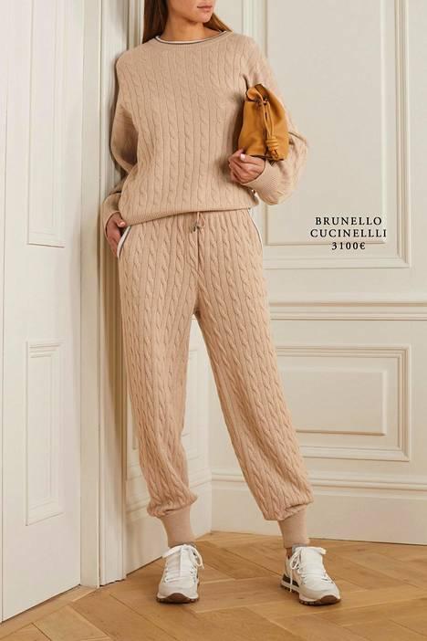 Esimerkiksi italialaisen huippumuotibrändi Brunello Cucinellin mallistoon on ilmestynyt neulottuja joggerseja, kuten nämä kauniit vaaleanbeiget, palmikoidut housut.