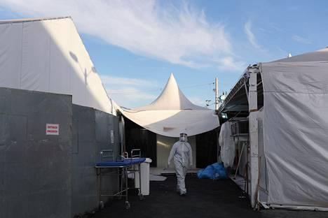 Terveydenhuollon työntekijät ovat olleet kovilla myös Brasiliassa, kuva Guarulhosissa sijaitsevasta kenttäsairaalasta.