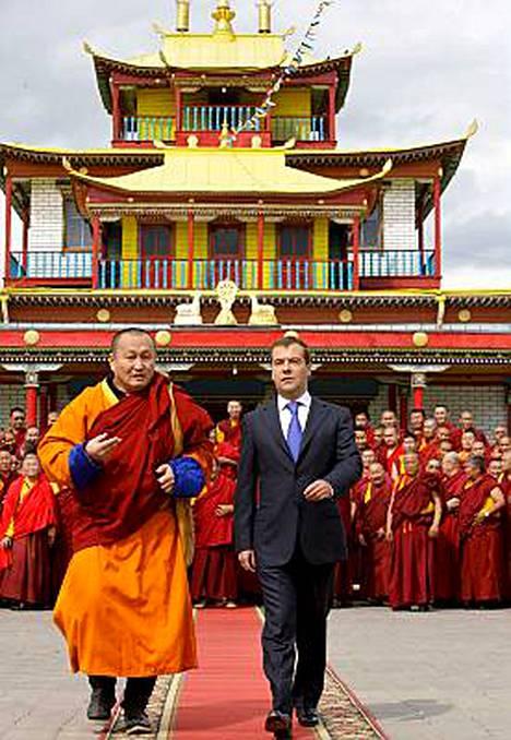 Presidentti Dmitri Medvedev vieraili Venäjän suurimassa buddhaluostarissa elokuussa Verkhnaya Ivolgan kylässä.