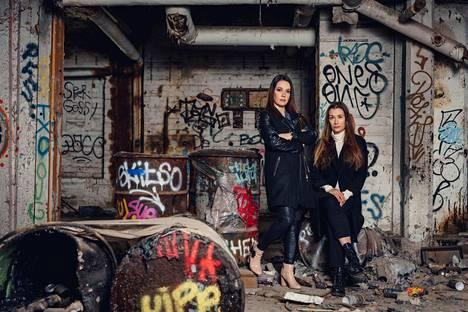 Heidi Holmavuo ja Elina Backman ryhtyivät tekemään äänikirjasarjaa alkuvuonna 2020. Koronavirusepidemia hankaloitti ajoittain pääsyä arkistoihin.