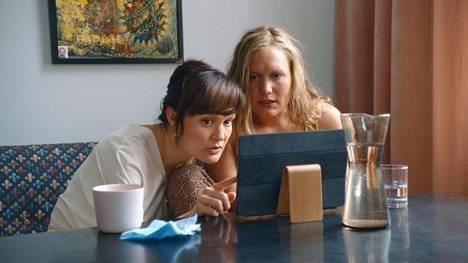 Karla (Lotta Kaihua) ja Miina (Ella Lahdenmäki) päättävät repäistä ja kokeilla muun muassa henkistä kasvua sekä orgioita.